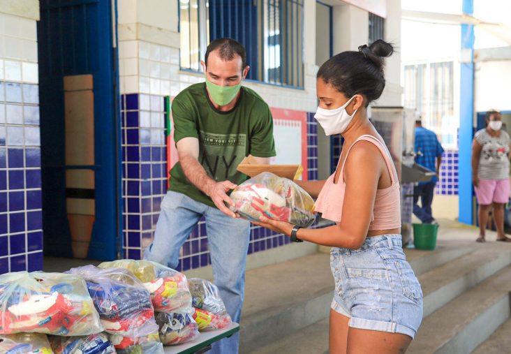 Responsável recebe kit alimentação