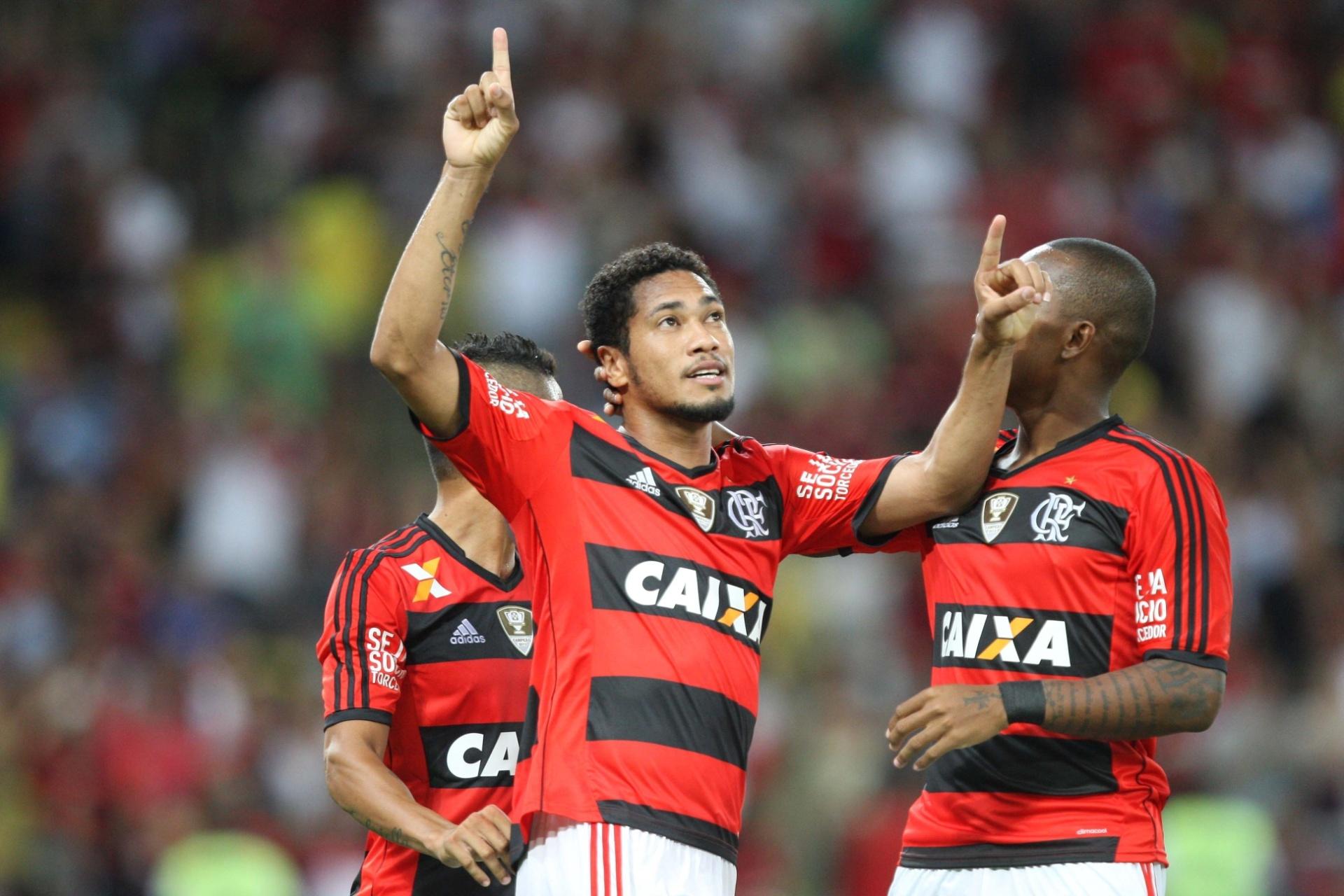 Atacante Hernane Brocador comemorando com a camisa do Flamengo