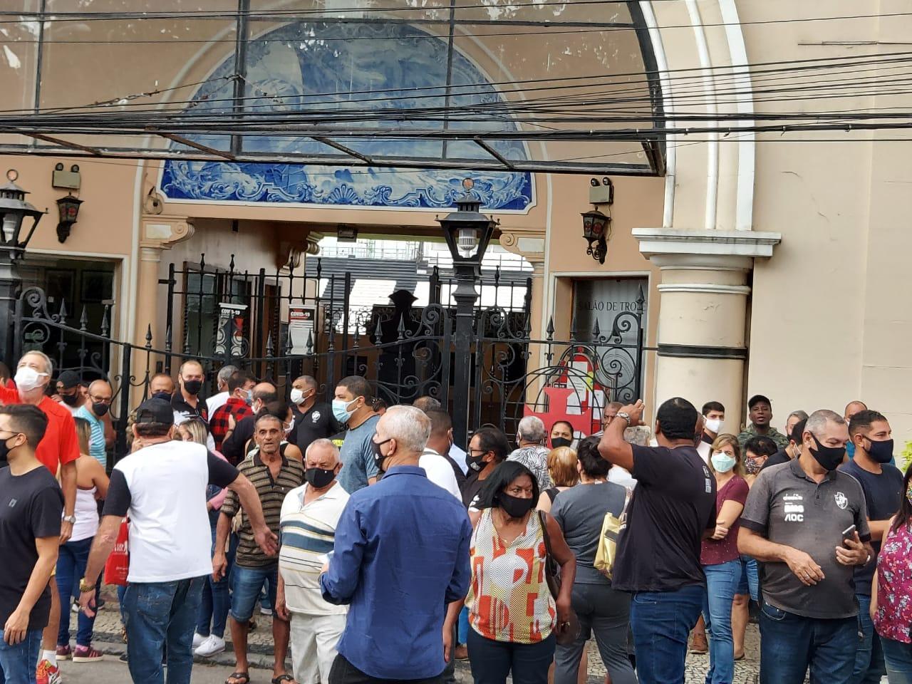 Funcionários do Vasco na porta de São Januário