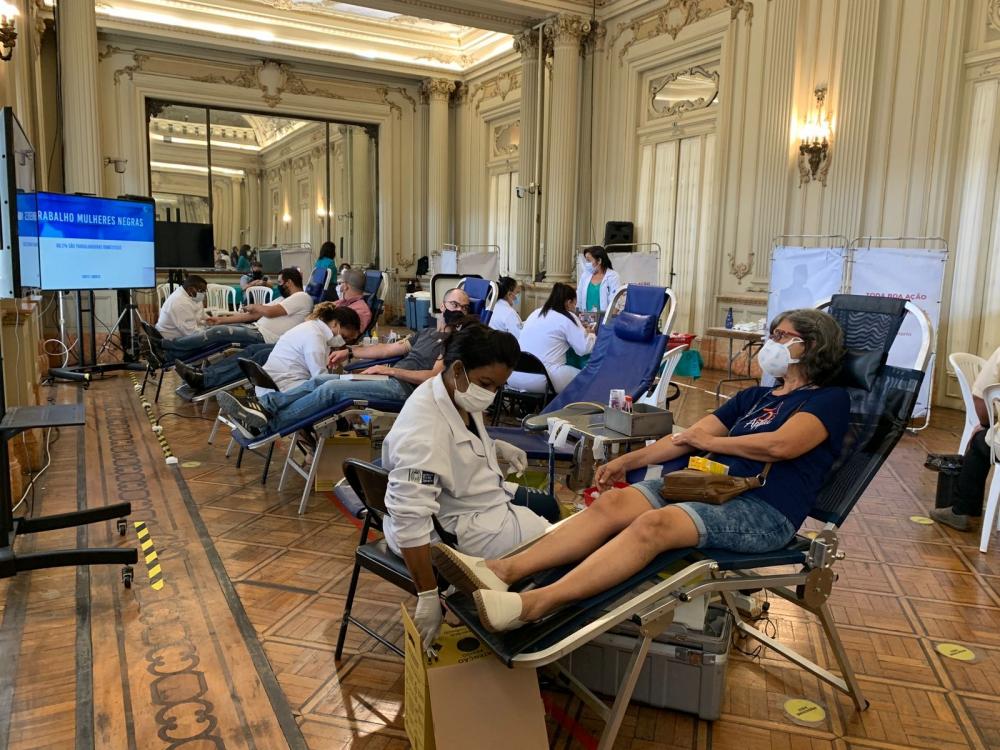 imagem de várias pessoas doando sangue na Câmara Municipal do Rio
