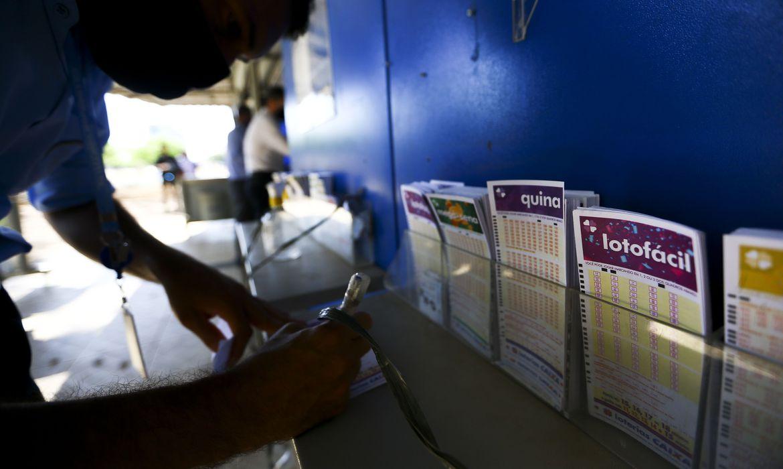 Apostador preenchendo um bilhete de loteria