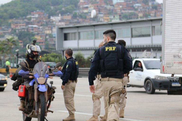 imagem de agentes da PRF abordando um motociclista