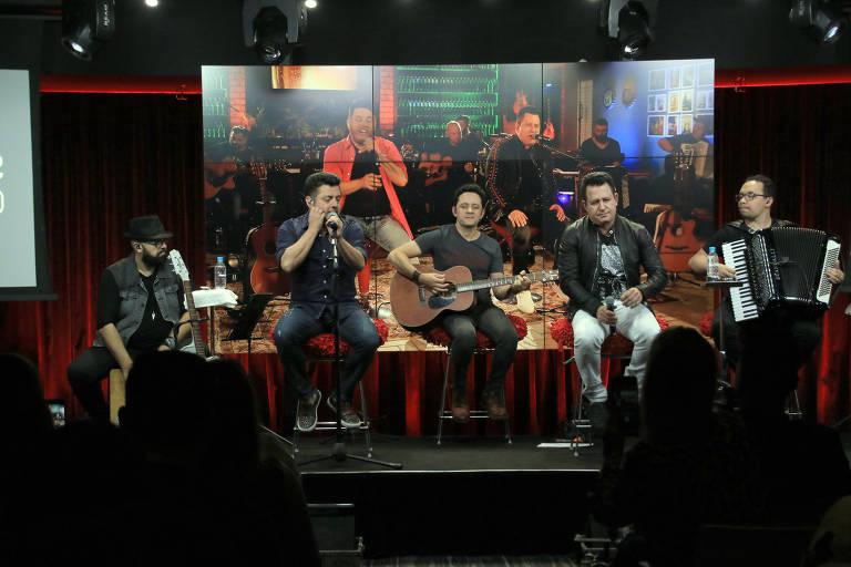 Bruno e Marrone durante uma apresentação ao vivo