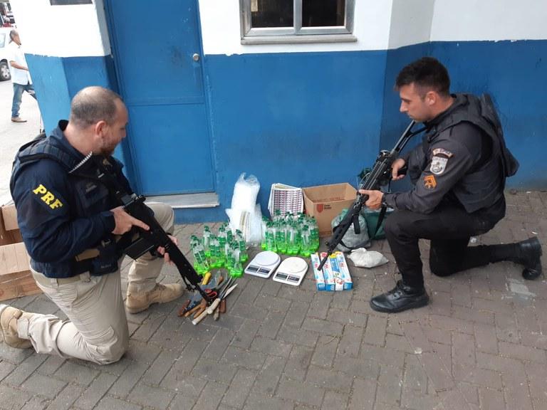drogas no chão e policiais posicionados