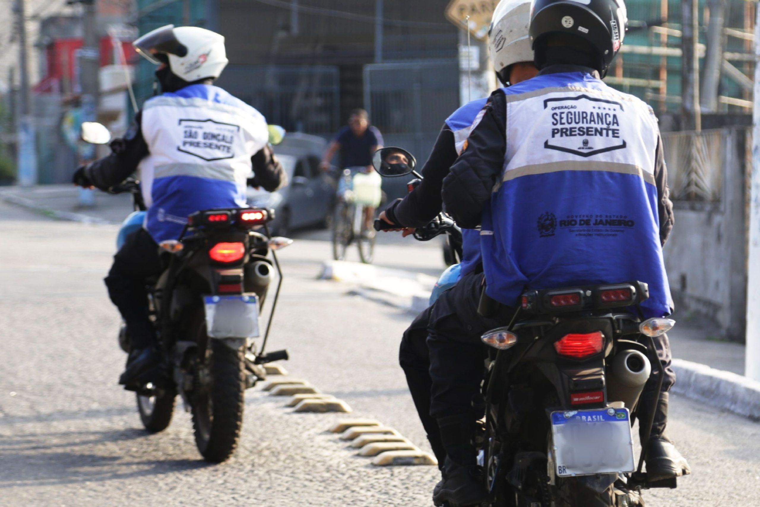 Imagem dos agentes realizando um patrulhamento na rua