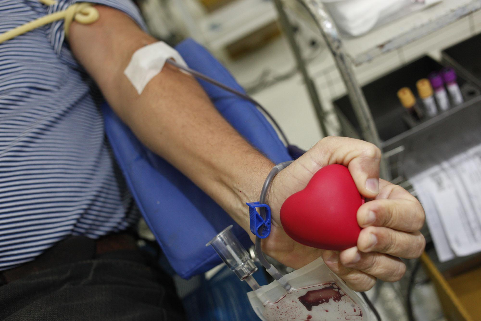 Imagem de uma pessoas doando sangue
