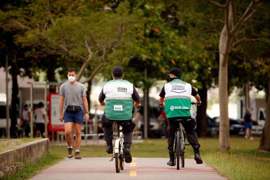 Imagem de dois agentes de segurança andando de bicicleta