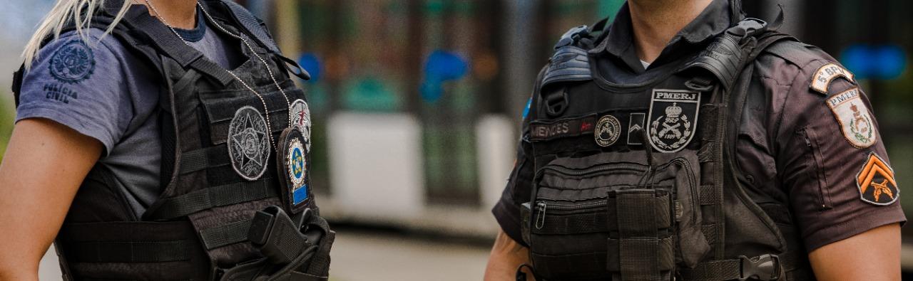 Imagem de dois policiais fardados