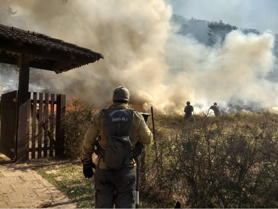 Imagem de um Guarda-parques combatendo um incêndio