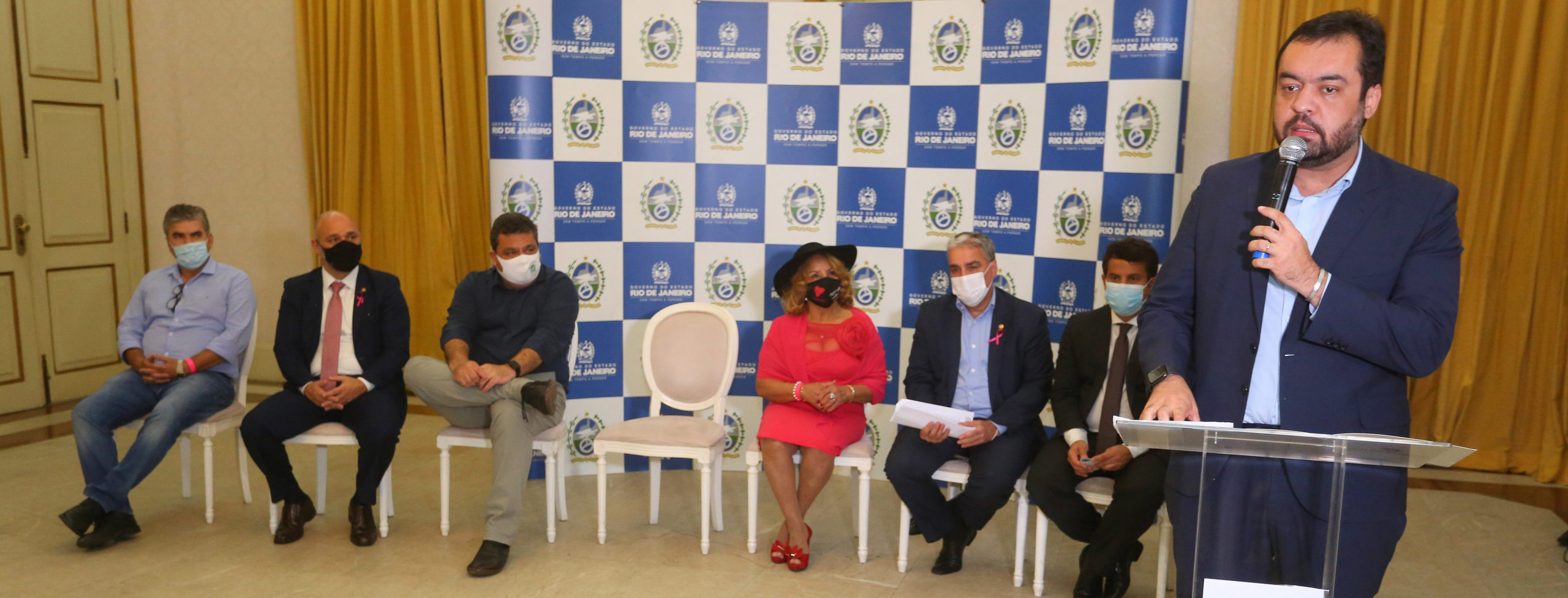 Imagem do governador do Rio e outras autoridades