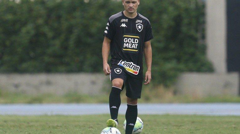 Atacante Ronald com a bola dominada em treino do Botafogo