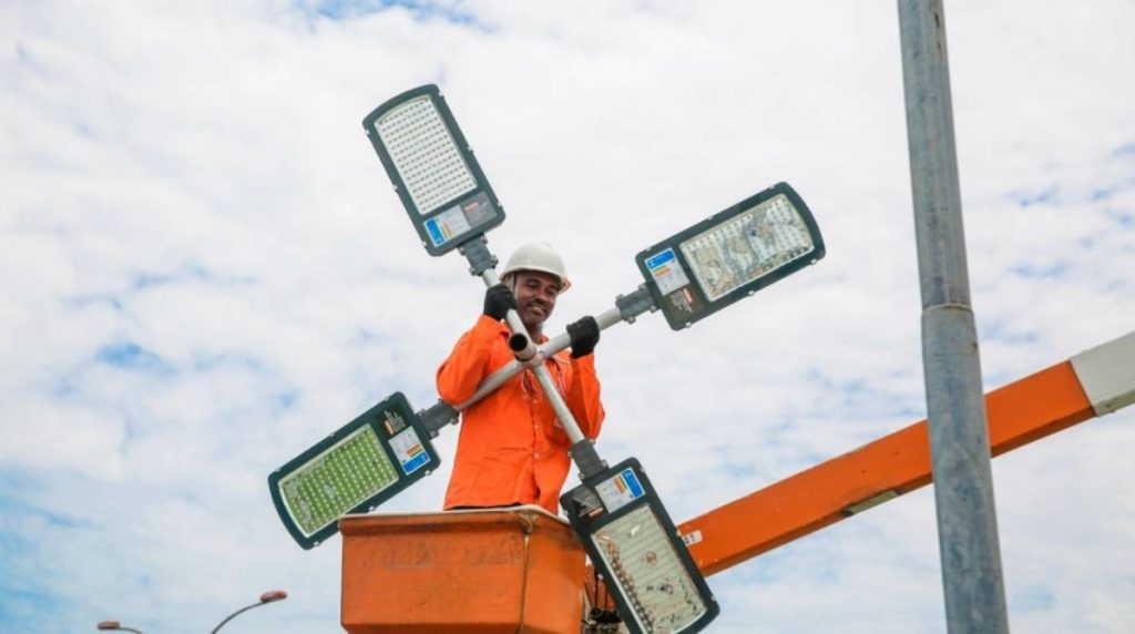 Funcionário troca sistema de iluminação em led