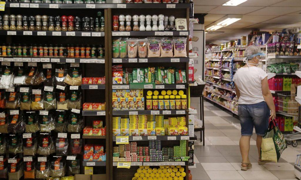 Imagem de prateleiras de supermercado