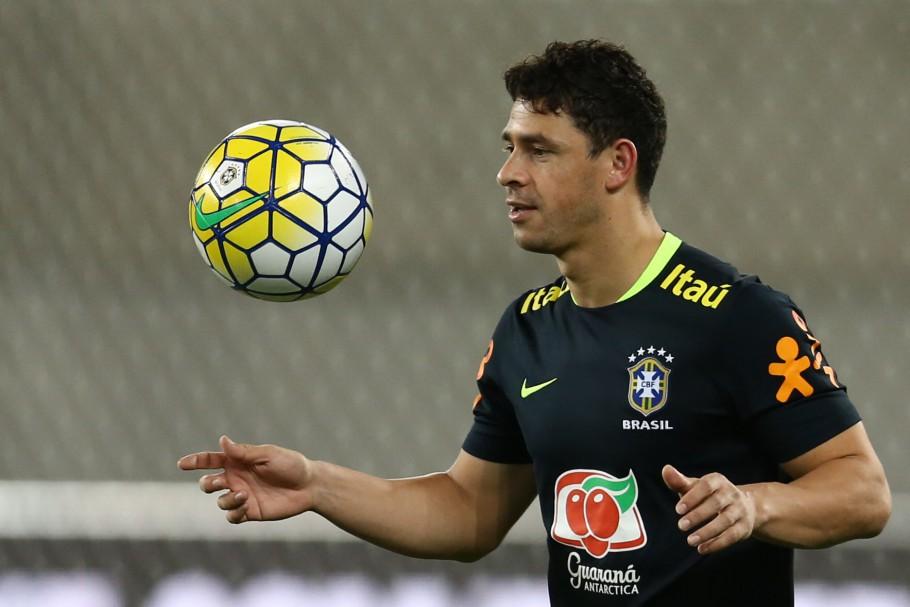 Giuliano com a camisa da seleção brasileira
