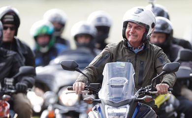 Presidente Bolsonaro andando de moto