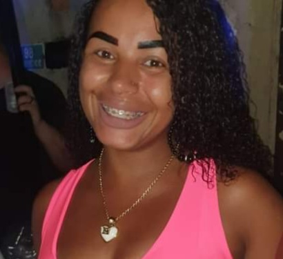 Foto de mulher morta na Baixada Fluminense.