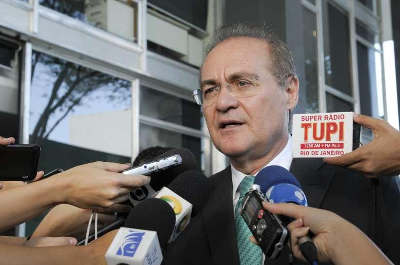 Renan Calheiros sendo entrevistado em Brasília