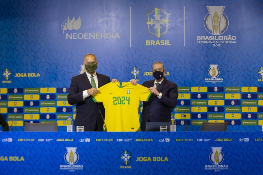 Mario Ruiz-Tagle ao lado de Rogério Caboclo segurando a camisa da seleção estampada com o patrocínio da NeoEnergia