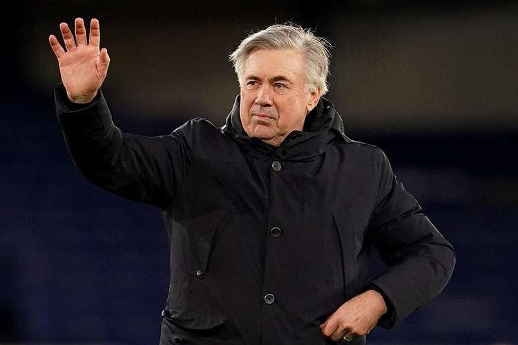 Carlo Ancelotti acenando