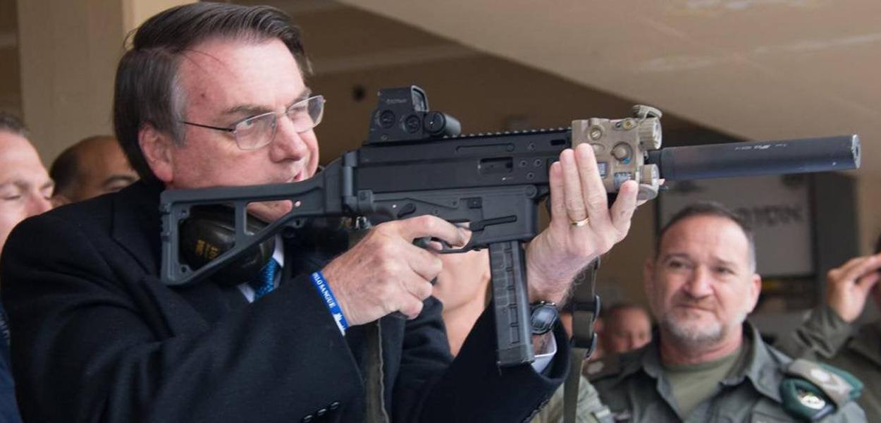 Jair Bolsonaro com fuzil