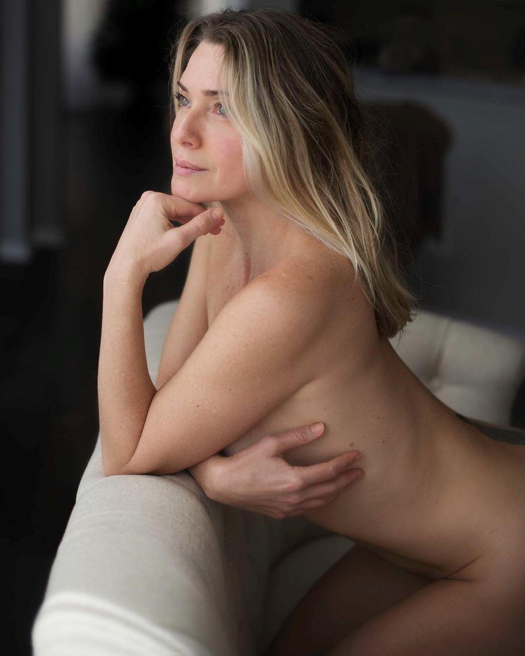 Na imagem, Leticia Spiller aparece completamente nua