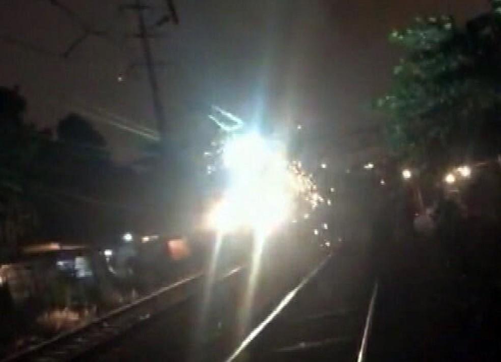 trem da supervia pega fogo em Del Castilho