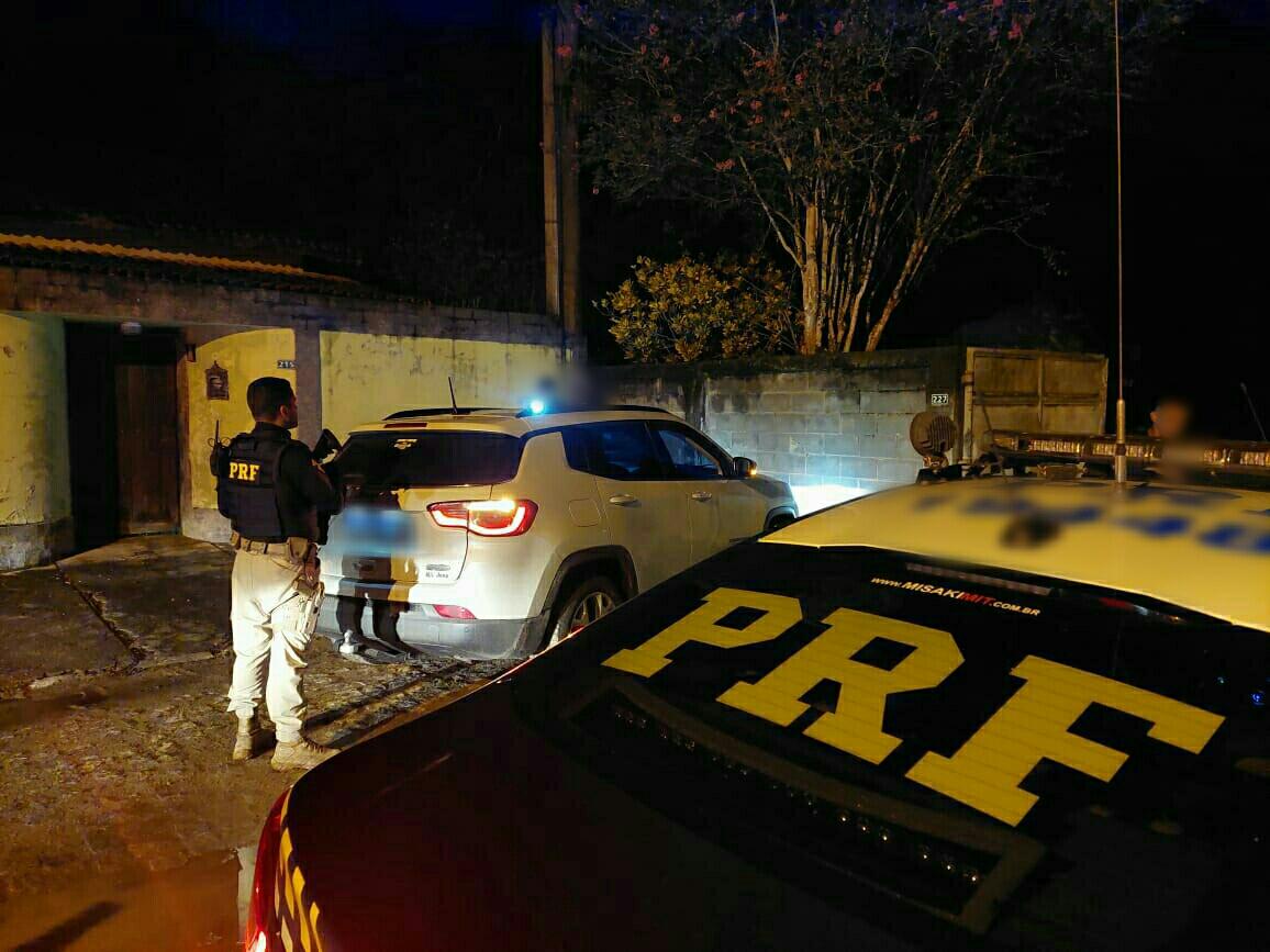 carros e policiais na rua