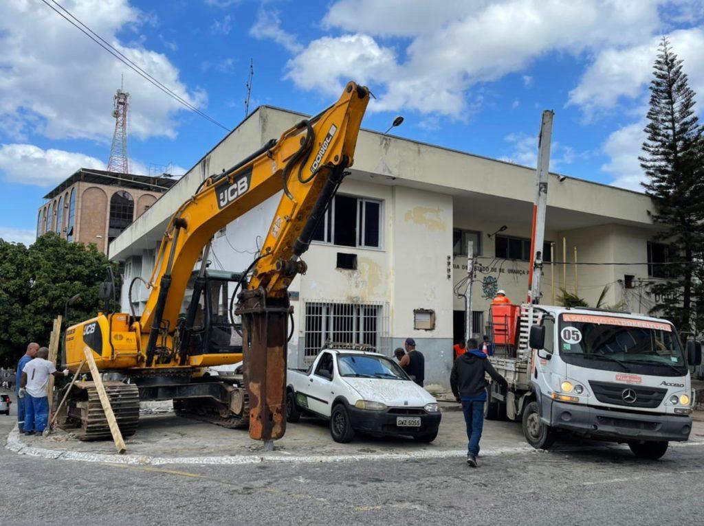 Prefeitura faz demolição de delegacia
