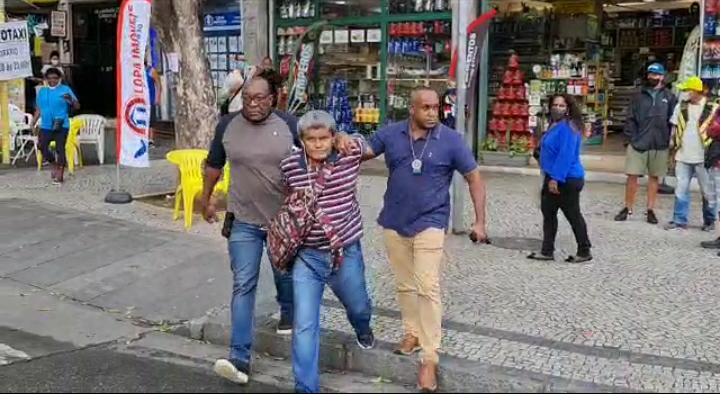 Carlos Antonio sendo preso em flagrante no Centro do Rio