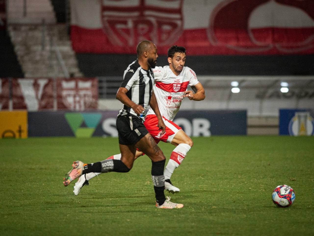 Chay em ação pelo Botafogo contra o CRB pela Série B