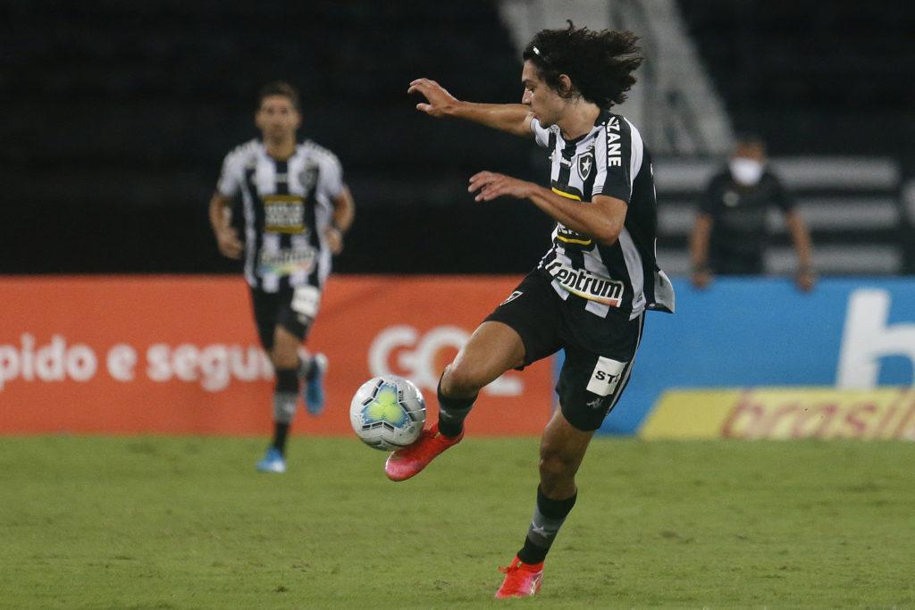 Matheus Nascimento dominando a bola em jogo do Botafogo
