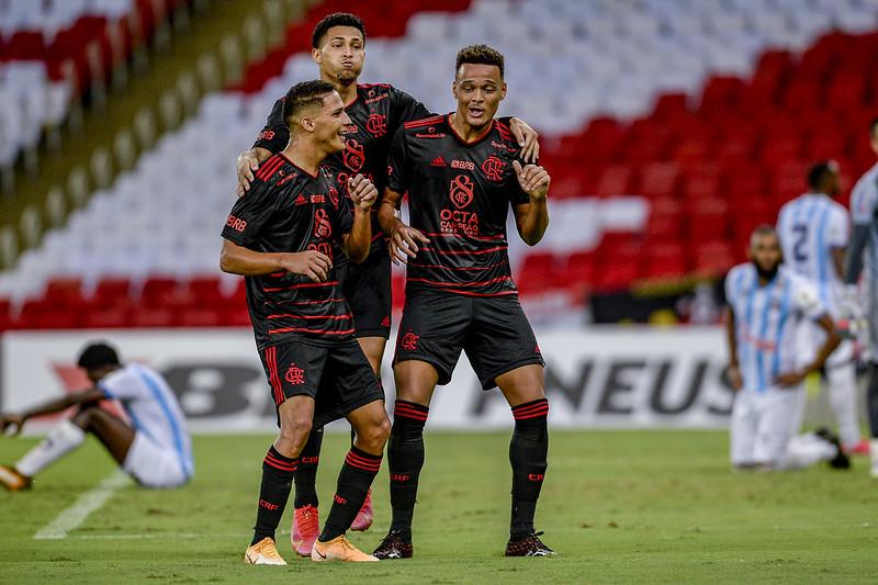 Rodrigo Muniz comemorando gols com os companheiros pelo Flamengo no Maracanã