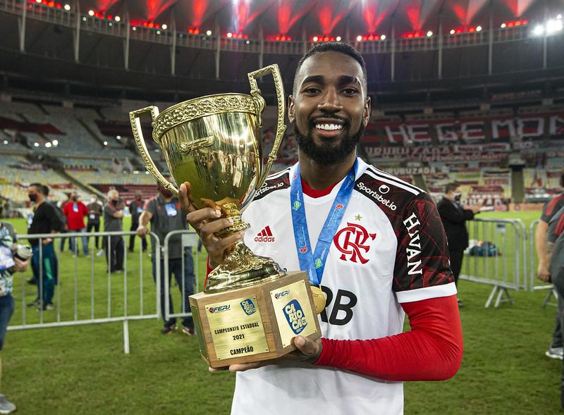 Gerson mostra o troféu de campeão carioca