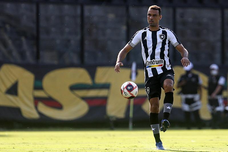 Gilvan dominando a bola em jogo do Botafogo em São Januário