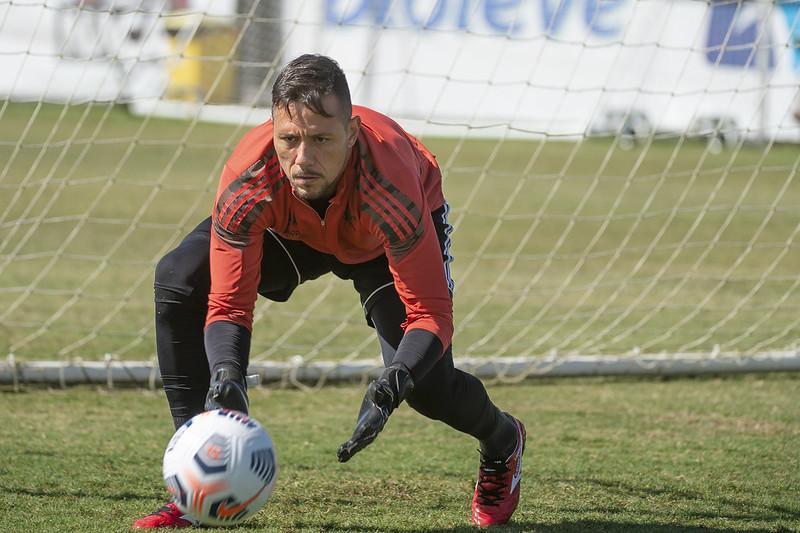 Diego Alves treinou normalmente nesta quarta