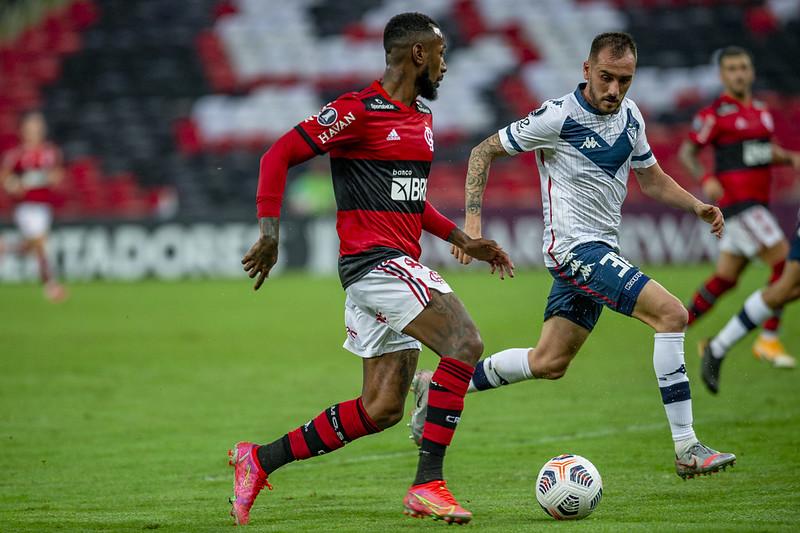 Gerson e Mancuello disputam bola em confronto pela Libertadores