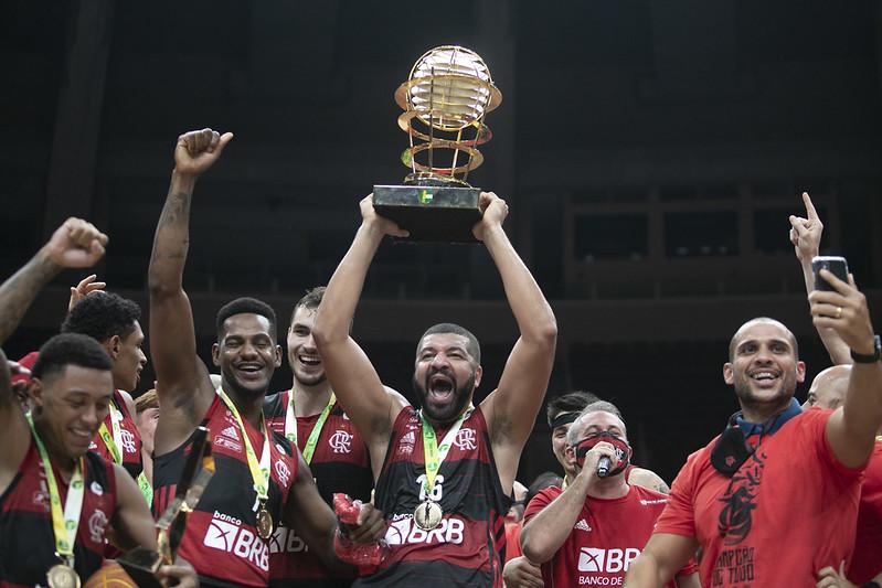 Olivinha comemorando o hepta do Flamengo no NBB