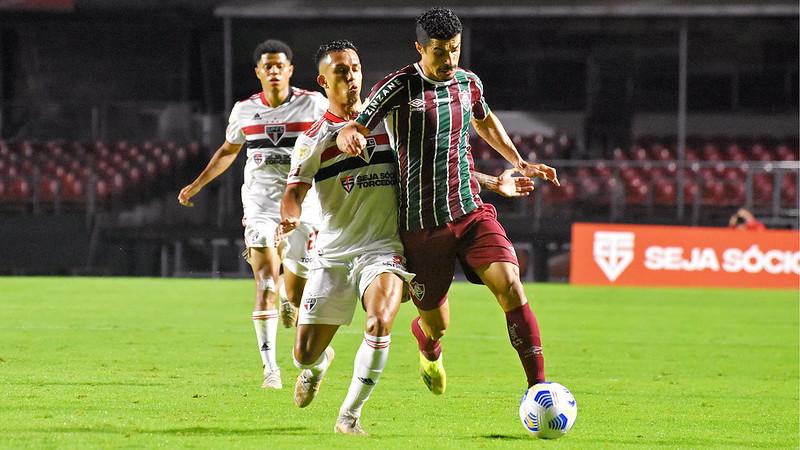 Egídio disputando a bola contra um jogador do São Paulo