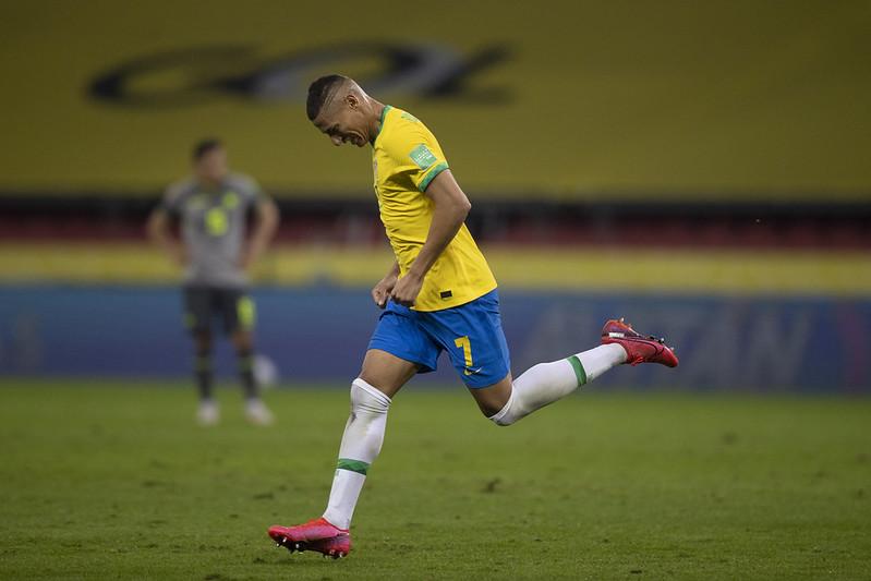 Richarlison comemora gol sobre o Equador