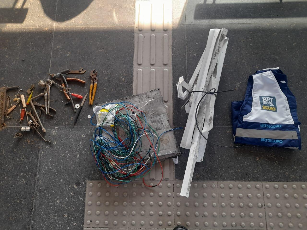 imagem de cabos e fios no chão da estação do BRT