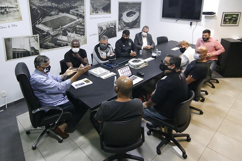 Dirigentes e ex-atletas reunidos para a criação do Instituto Glorioso