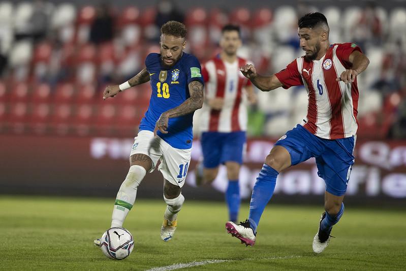 Neymar em ação pelo Brasil diante do Paraguai