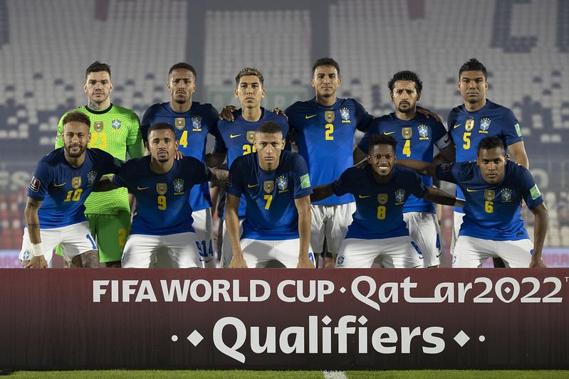 Time titular do Brasil posa para foto antes do jogo com o Paraguai