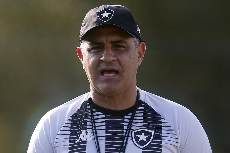 Técnico Marcelo Chamusca comandando treino pelo Botafogo