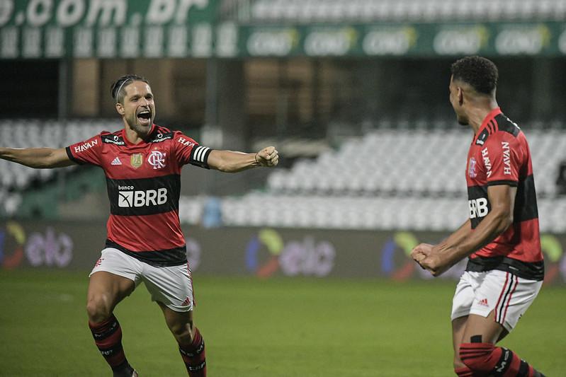 Rodrigo Muniz comemora gol pelo Flamengo junto com Diego