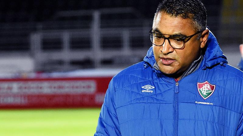 De casaco azul, técnico Roger Machado mostra preocupação em jogo do Fluminense