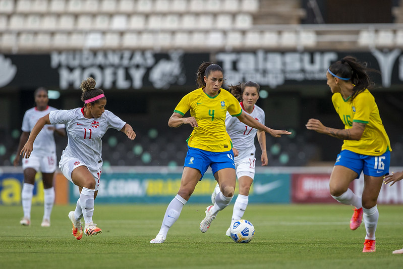 Seleção Brasileira Feminina em ação contra o Canadá