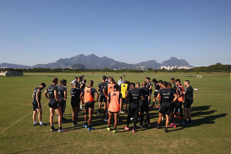 Elenco do Botafogo reunido no gramado do Ct de treinamento