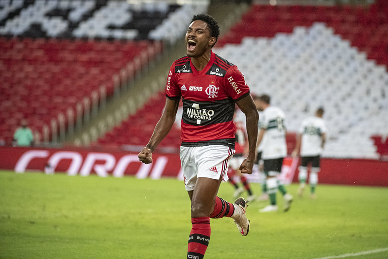 Vitinho comemora gol sobre o Coritiba pelo Copa do Brasil