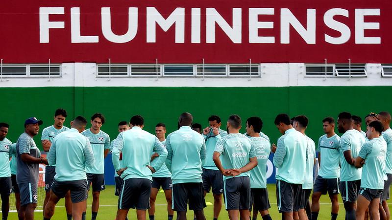 De boné, técnico Roger Machado conversa com os jogadores do Fluminense no CT